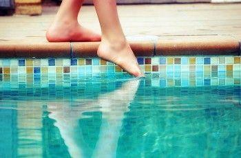 Laia Solanellas - Tastant l'aigua d'una piscina
